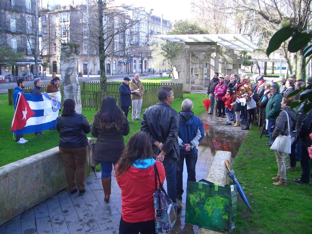 Momento da concentración diante da estatua de Martí en Vigo