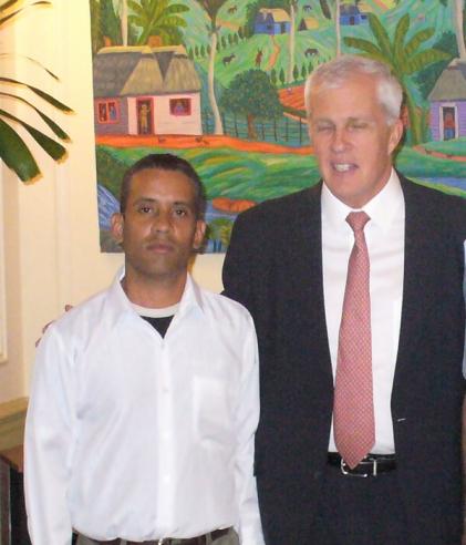 Michael Parmly, xefe da oficina de intereses dos Estados Unidos en Cuba, proclama a Carlos Serpa Maceira, heroe da resistencia contra-revolucionaria