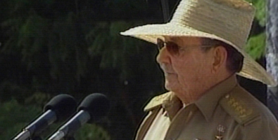 Raul avisou no comezo do seu discurso no Moncada, que ao verde oliva do uniforme de xeneral da Revolución acaíalle o chapeu Mambí.