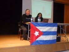 """Na fotografía, Valentín Alvite, presidente da Asociación de Amizade Galego-Cubana """"Francisco Villamil"""", presenta en compostela á doutora Yailenis Mulet."""