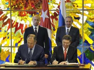 Wladimir Putin e Raul Castro particiaron na asinatura dos novos convenios.