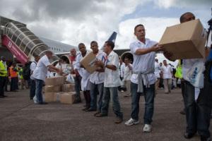 Os primeiros integrantes da equipa de 165 médicos e médicas cubanos, descargan medicamentos e material recén chegados a Freetown para axudaren na loita contra o Ébola, na Serra Leona