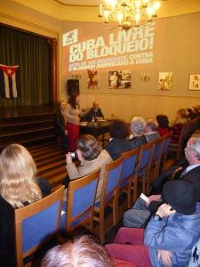 Johana Tablada, embaixadora de Cuba, diríxese a asemblea aniversario de Porto Com Cuba.  Na mesa, de esquerda a dereita, Sergio Vinagre e Gonçalo Duarte