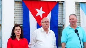 A cónsul de Cuba Laura Urra e Valentín Alvite, presidente da Francisco Villamil, acompañan a Pedro Trigo (no centro) durante a súa homenaxe en Compostela en xullo.