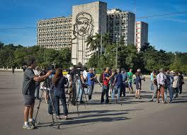 A Praça da Revolução agrupa as sedes do governo, do Comitê Central do Partido Comunista e das Forças Armadas. Na França, seria impensável uma manifestação em frente ao Palácio do Eliseu, onde mora o presidente da República.