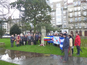 Amigos de Cuba, representantes do Corpo Consular e Cubanos residentes. recordan a Martí en Vigo, arredor do seu monumento.