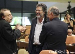 Abel Prieto, no centro da imaxe, conversa con Ignacio Ramonet  durante a presentación dun libro na Habana