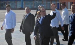 Hollande é o primeiro mandatario da UE que visita Cuba e recibe a honra de ser despedido polo presidente ao pé do avión.