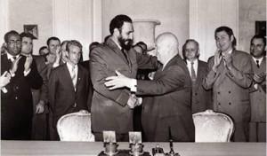 Fidel con Kruschev. O cerco dos EUA á Revolución Cubana comeza antes da relación entre a illa e a URSS.