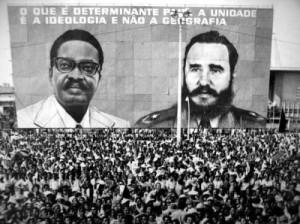 As imaxes de Agostinho Neto e Fidel acompañan a histórica celebración en Luanda do fin da guerra contra o colonialismo racista.