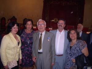 """Neira Vilas felicitado por amigas e amigos da """"Francisco Villamil ao recibir a Medalla Alejo Carpentier, outorgada polo Consello de Estado de Cuba en 2011 en Compostela."""