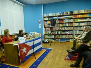 Cristina Escobar falou en Vigo e Compostela. A foto corresponde súa intervención na libraría Andel de Vigo