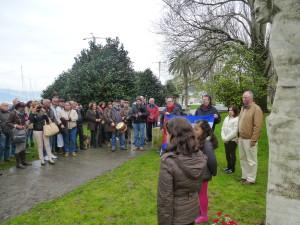 A Cónsul Laura Urra escoita á beira de Valentín Alvite a Marcha do Antergo Reino na homenaxe en Vigo a Martí.