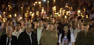 Raúl e Mujica na cabeza da marcha por Martí, rodeados pola mocidade.