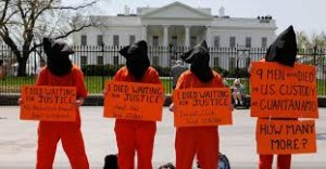 Ptotesta en Washington contra as detencións ilegais na base de Guantánamo.