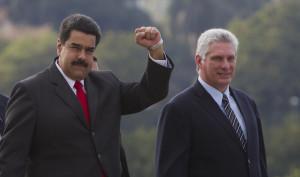 Maduro, acompañado do vicepresidente cubano Diaz Canel, aúdan ao público congregado na Praza da Revolución na Habana.