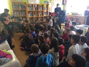 Nenas e nenos da escola pública Sanjurjo de Carricarte, antenden a trova de Silvio Rodríguez.