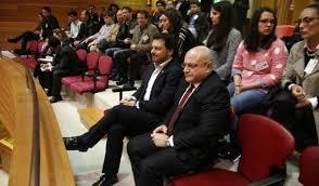 O cónsul xeral de Cuba en Galicia, José Antonio Solana segue a sesión do Parlamento, acompañado polo secretario xeral de Emigración da Xunta, Antonio Rodríguez Miranda.