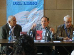 "Agustín Lage, no centro da fotografía, presenta na Feira do Libro da Habana o seu libro ""La Economia del Conocimiento y el Socialismo""."