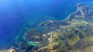 A vizosa beiramar de Quiebra Seca (Guamá) accédese por unha estrada de area entre o Caribe e a Serra Maestra.