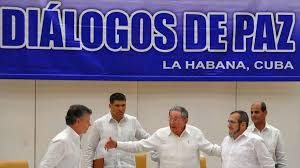 Raúl achega ao presidente colombiano ao xefe de Estado Maior das FARC-EP durante a proclamación do acordo de paz.