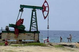 Desde há alguns anos tem sido possível extrair junto à costa, entre Havana e Matanzas, cerca de 80 milhões de barris anuais de um petróleo pesado. A torre da fotografia forma parte do campo.