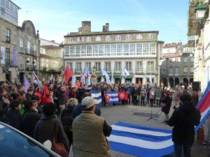 Luz Fandiño lé o seu poema ante as persoas congregadas na Praza do Toural para honrar a memória de Fidel. Á súa dereita, Valentín Alvite, presidente da Asociación de Amizade Galego-Cubana Francisco Villamil.