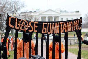 Milhares de vozes se levantaram em todo o mundo para exigir o fechamento da cadeia de Guantánamo. A protesta visitar-ia repetidas vezes a Casa Branca.