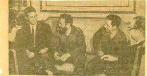 O primeiro ministro alxeriano Ahmed Ben Bella departe con Fidel e Raúl; a dereita deles, o presidente Osvaldo Dorticós Torrado. A imaxe é de outubro de 1963.