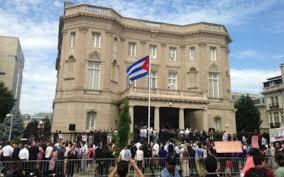 Cubanos e estadounidenses celebraron nas últimas horas o fin da Ley de Ajuste perante a embaixada da illa en Washington. O éxito do acordo débese en primeiro lugar a prudéncia e intelixéncia do Governo de Cuba e ao labor da capaz equipa da Embaixada.